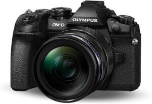 Olympus OMD E-M1 Mark Fotocamera, obbiettivo, flash, tracolla, batteria, caricabatteria, tappo per corpo macchina Micro QuattroTerzi, clip per cavo, cavo USB, software Olympus Viewer, istruzioni d'uso, garanzia
